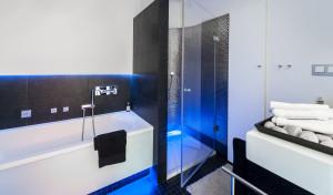 badkamer met blauw licht